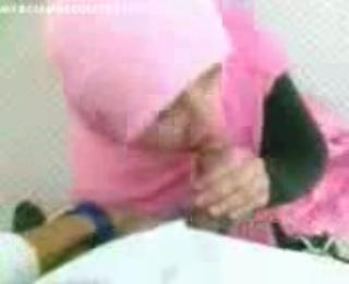 Servis Dari Cewek Jilbab Merah Muda