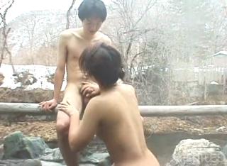 Cewek japan ngulum kontol basah-basahan di air