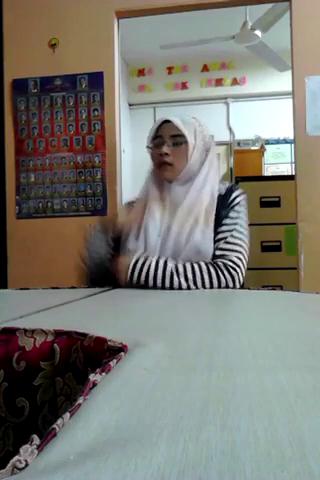 Cewek jilbab sange lepas baju pamer toket